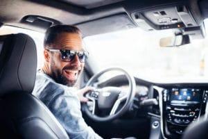 glücklicher Kunde nach Besuch bei Kramm in Berlin dem Cadillac Händler